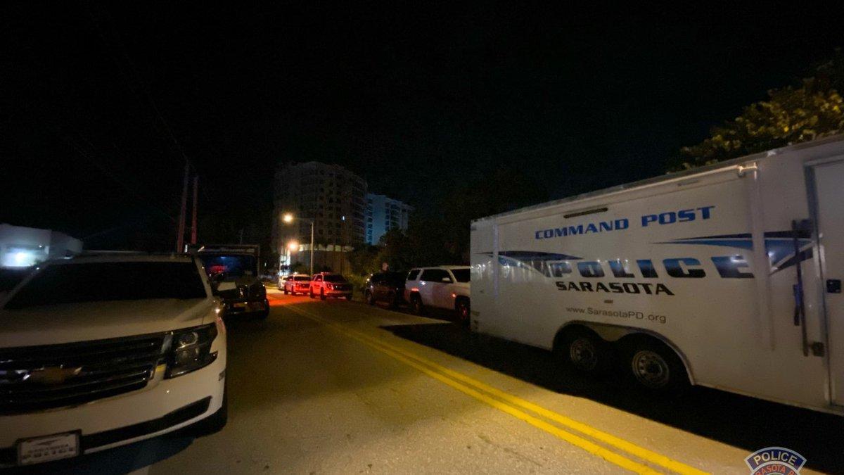 Sarasota Police negotiating barricade